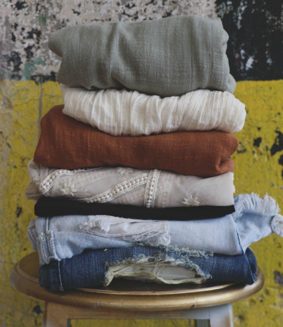 Μαζέψτε τα ρούχα μέσα σε τσάντες αλλά φροντίστε να μην της γεμίζετε μέχρι πάνω για να μπορούν τα ρούχα να αναπνέουν.