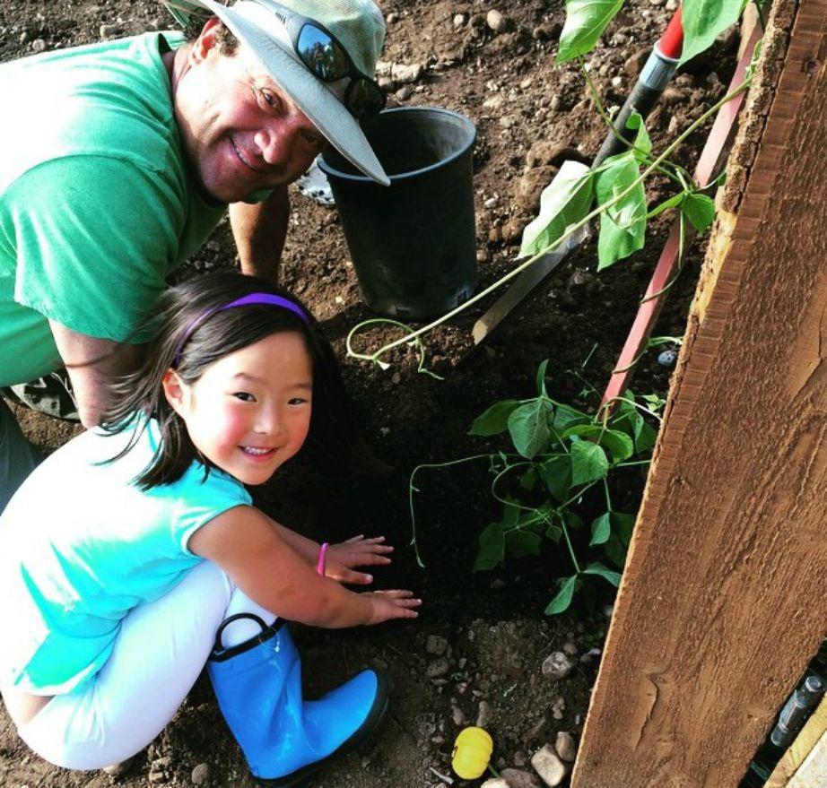 Η μεγάλη κόρη της Heigl λατρεύει να ασχολείται με τον κήπο.
