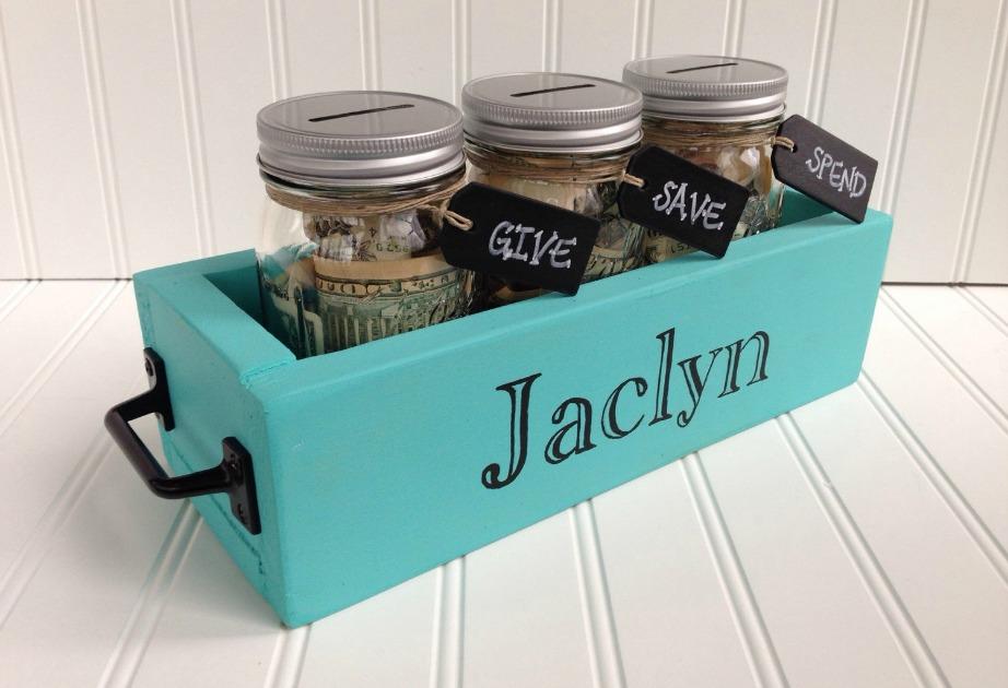 Φτιάξτε κουμπαράδες για διάφορες χρήσεις και βάλτε τους σε ένα όμορφο κουτί με το όνομά σας. Σε έναν από αυτούς τους κουμπαράδες βάλτε χρήματα κάθε φορά που πραγματοποιείτε σωστά τη γυμναστική σας.