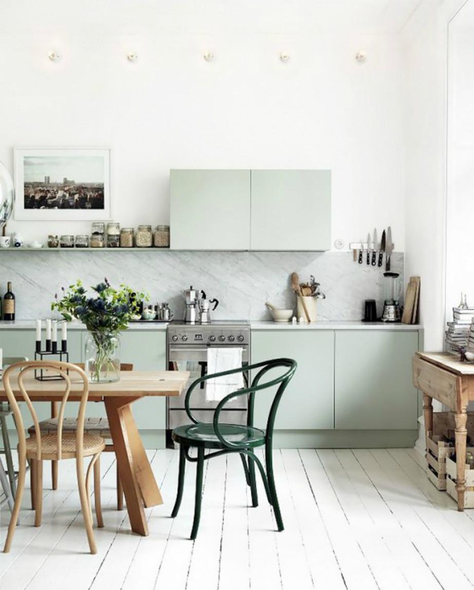 Τα μοντέρνα ράφια ταιριάζουν φανταστικά με τραπέζια και καρέκλες σε πιο παραδοσιακό στιλ.