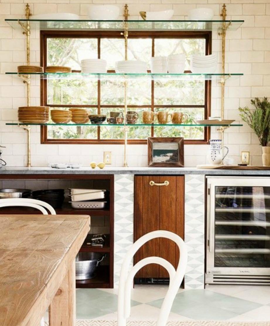Τα ράφια τοποθετούνται μπροστά από τα παράθυρα για έξτρα στιλ αλλά και εξοικονόμηση χώρου.