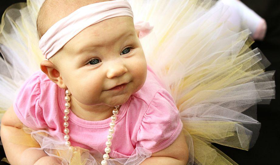 Τι και αν είναι μόλις ενός έτους! Οι πέρλες και πάλι θα γίνουν ο αγαπημένος φίλο της και μια από τις αιτίες που θα είναι πάντα το κορίτσι του μπαμπά.