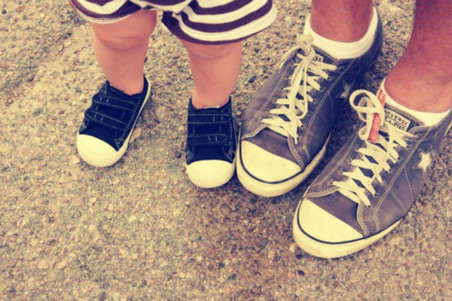 Όσο είναι μικρή δεν θα την πειράζει να φοράει τα ίδια παπούτσια με τον μπαμπά. Εκμεταλλευτείτε το!