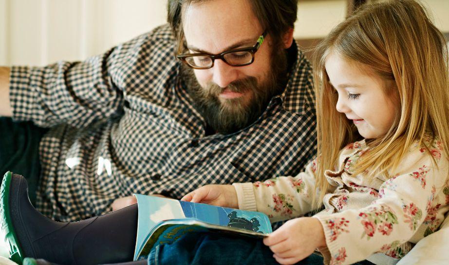 Μπορεί εσάς να ζητάει για να τις διαβάσετε παραμύθια αλλά πάντα θα θέλει οι γονείς της να είναι αγαπημένοι.