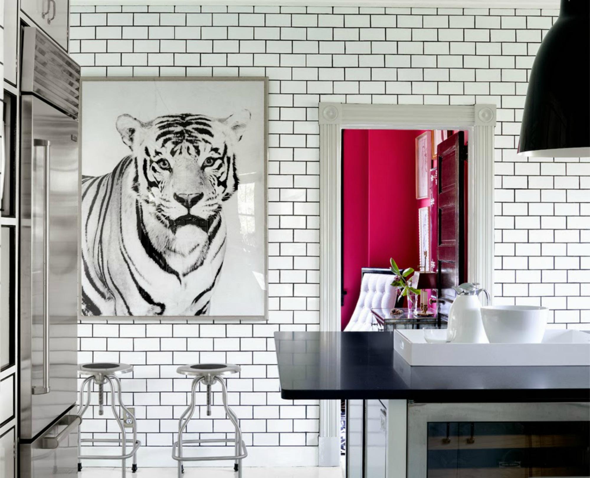 Βάλτε έργα τέχνης στην κουζίνα σας όπως θα κάνατε σε οποιονδήποτε χώρο του σπιτιού. Πλέον η κουζίνα διακοσμείται όπως και οι υπόλοιποι χώροι.