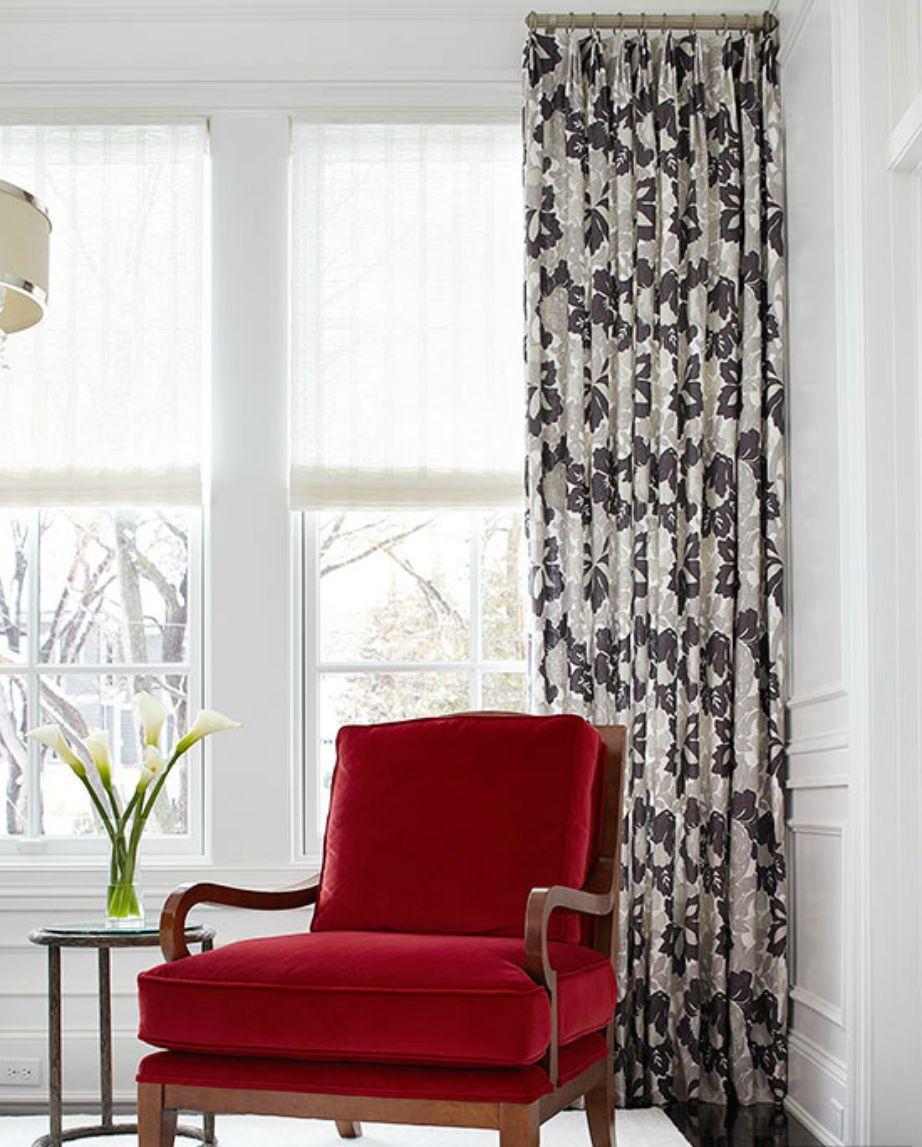 Δείτε πόσο φανταστική δείχνει αυτή η κατακόκκινη πολυθρόνα με φόντο την ασπρόμαυρη κουρτίνα.