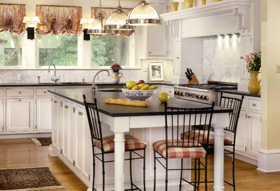 Μια μπρονζέ κουρτίνα στην κουζίνα θα δώσει αμέσως ζεστασιά στον χώρο.