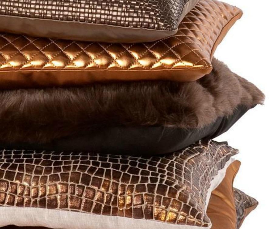Συνδυάστε μέταλ μαξιλάρια μεταξύ τους για ένα πιο λαμπερό αποτέλεσμα.