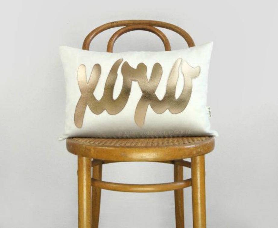 Τα logos πάνω σε μαξιλάρια δίνουν στιλ και κάνουν έναν χώρο πιο ανάλαφρο.