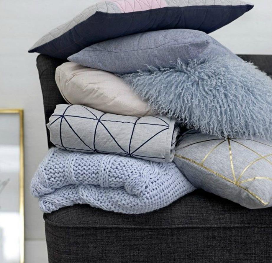 Μπλέξτε διάφορα υλικά εταξύ τους για ένα πιο ολοκληρωμένο και γεμάτο αποτέλεσμα. Με τον συνδυασμό υλικών το σπίτι σας θα δείχνει πιο cozy.