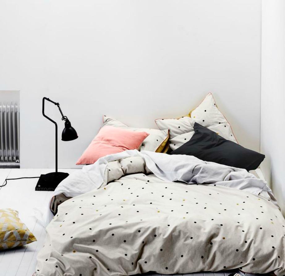 Τα πουά μαξιλάρια ταιριάζουν τέλεια σε κρεβατοκάμαρες.