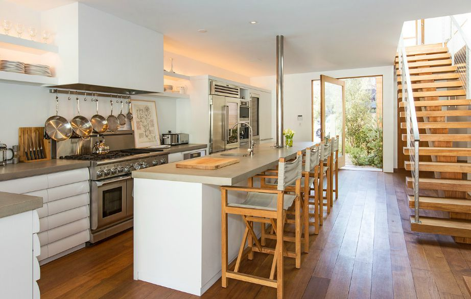 Η κουζίνα είναι στον ίδιο ενιαίο χώρο με το σαλόνι.