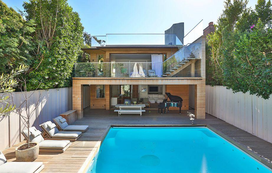 Η υπέροχη πισίνα του σπιτιού είναι με θαλασσινό νερό.