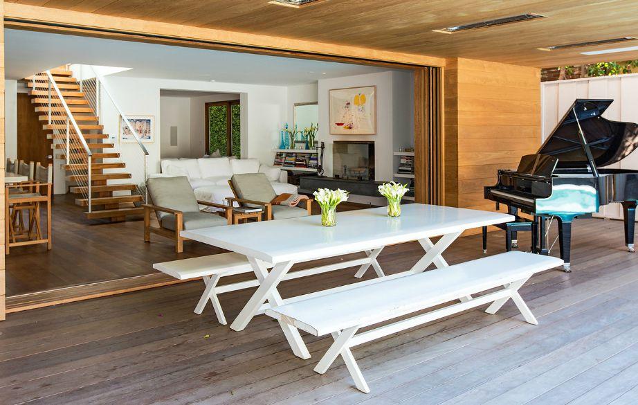 Στη βεράντα δίπλα στην πισίνα υπάρχουν παγκάκια, τραπέζι αλλά και ένα μεγάλο πιάνο.