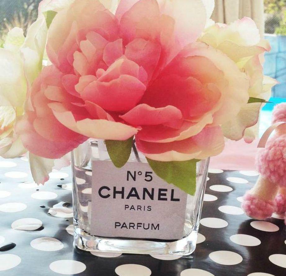 Μπορείτε πανεύκολα να φτιάξετε μόνοι σας αυτό το όμορφο βάζο εμπνευσμένο από το Chanel No5, το πιο διάσημο άρωμα του οίκου Chanel.