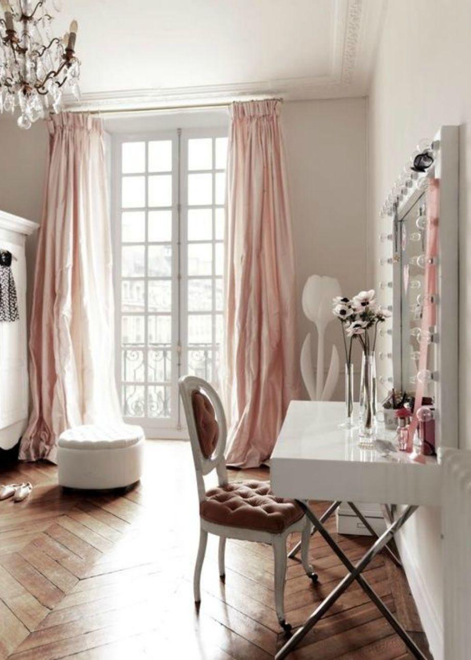 Αυτό το δωμάτιο θυμίζει Παρίσι χωρίς όμως να το 'φωνάζει'.