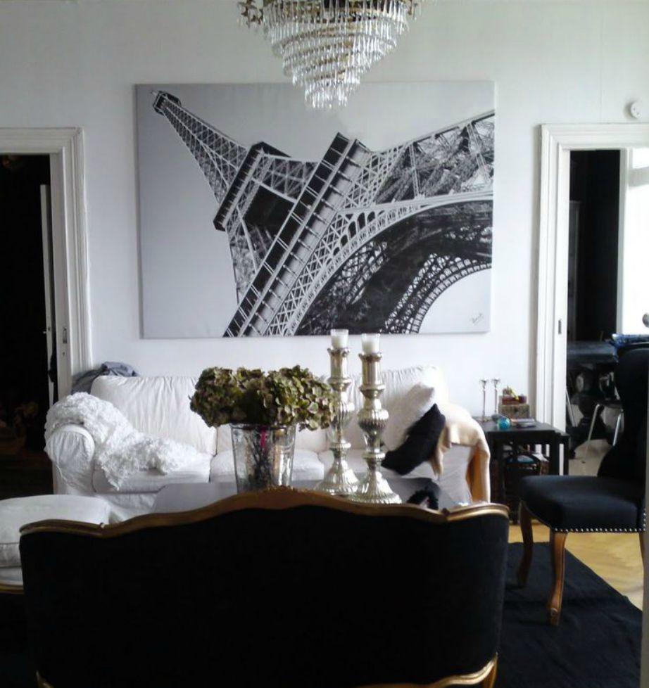 Αυτός ο πίνακας με τον Πύργο του Αίφελ ταιριάζει φανταστικά σε αυτό το σαλόνι.