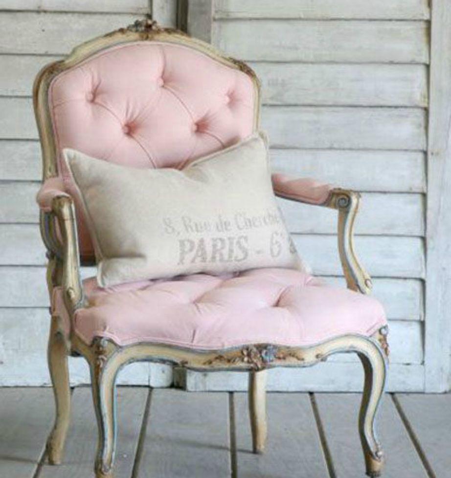 Μια πολυθρόνα σε παλ απόχρωση και σε vintage style θα αναδείξει το σαλόνι σας και θα του δώσει παριζιάνικο αέρα.