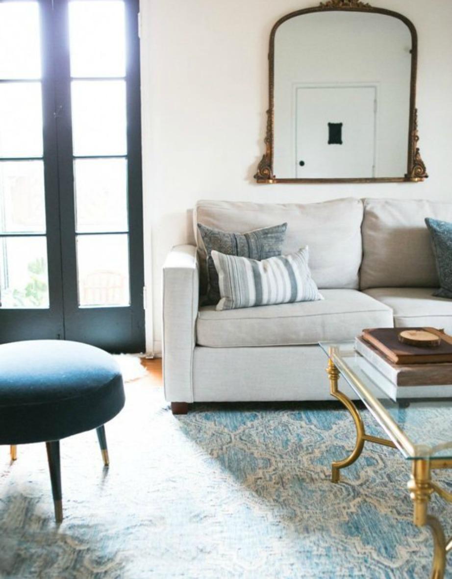 Ένα ιδιαίτερο χαλί μπορεί να κάνει ένα δωμάτιο να αποκτήσει ενδιαφέρον.