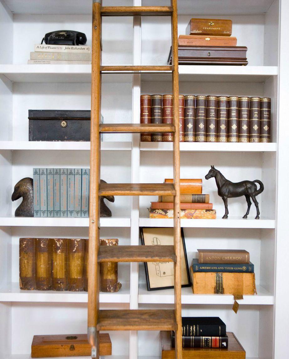 Αν είστε λάτρεις του κλασικού στιλ διακοσμήσετ τη βιβλιοθήκη σας κλασικά και απλά προσθέστε μερικά vintage διακοσμητικά.