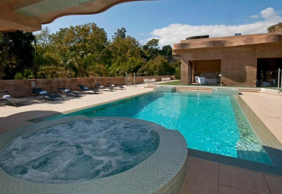 Το αγαπημένο μέρος της Rihanna είναι η πισίνα. Η ίδια δηλώνει πως της αρέσει να κολυμπάει ενώ ανατέλλει ο ήλιος.