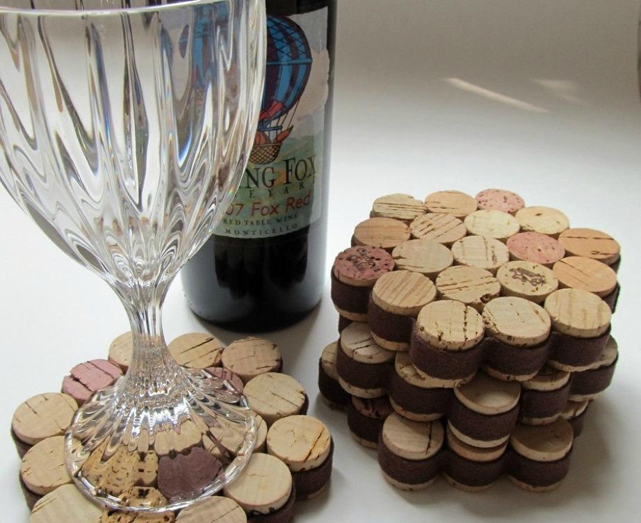 Υπάρχουν αμέτρητα πράγματα που μπορείτε να φτιάξετε με φελλούς. Εμείς σας προτείνουμε να δοκιμάσετε να φτιάξετε μερικά σουβέρ για τα ποτήρια του κρασιού.