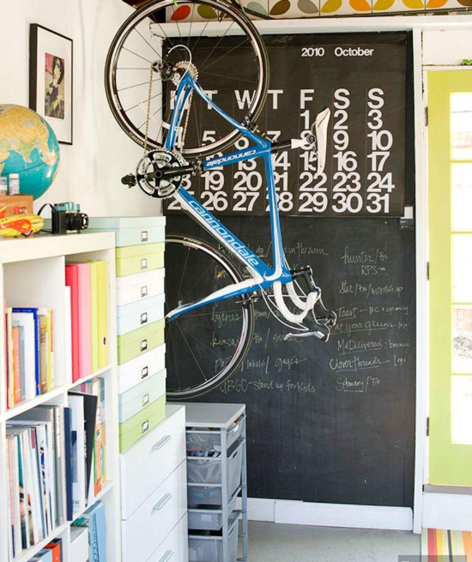 Κρεμάστε το ποδήλατο στον τοίχο ώστε να μην το έχετε μέσα στα πόδια σας και να εξοικονομήσετε χώρο.