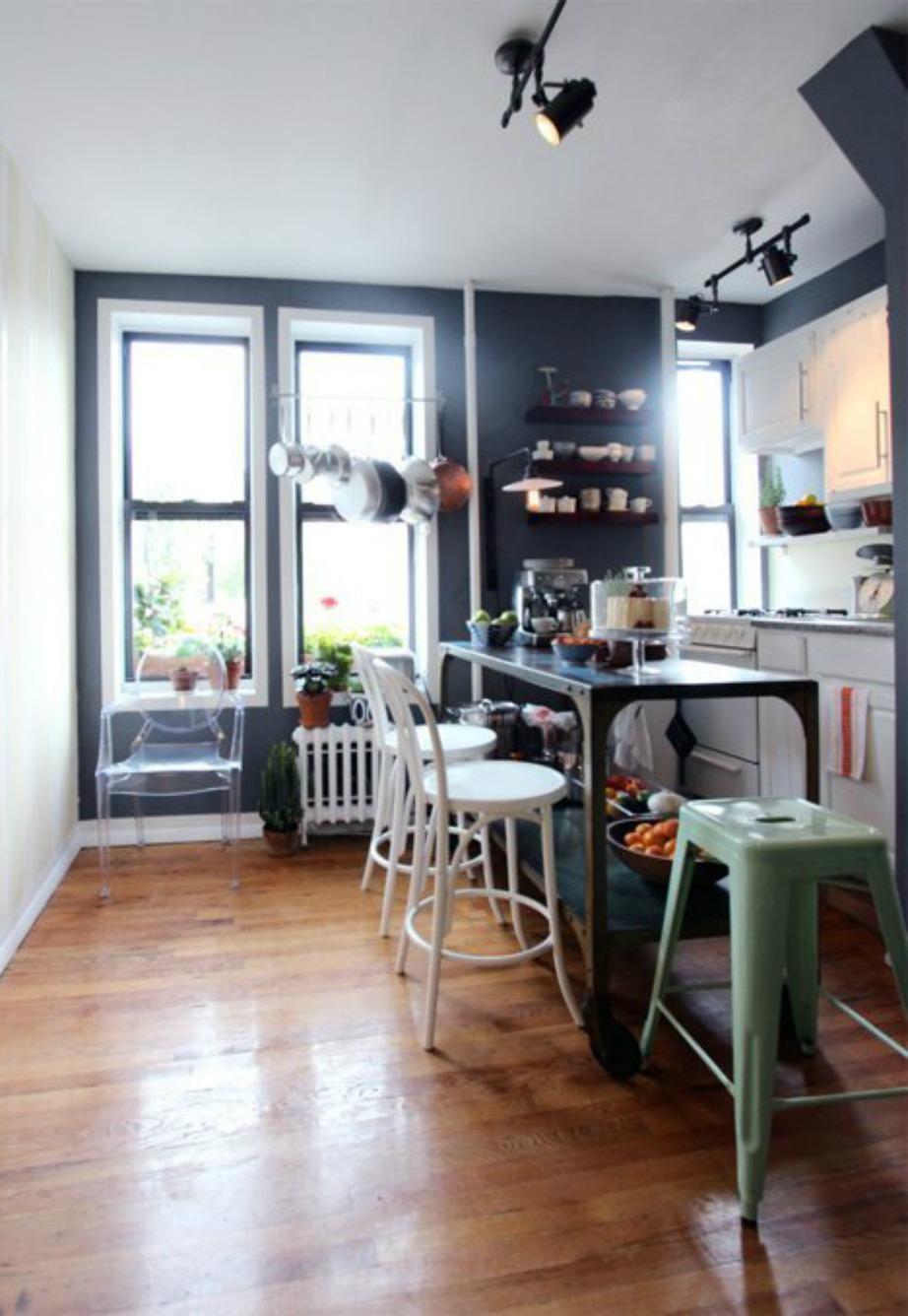 Κρεμμάστε τηγάνια και κατσαρόλες στο ταβάνι ώστε να αδειάσετε χώρο στον πάγκο που ήδη έχετε στην κουζίνα σας.