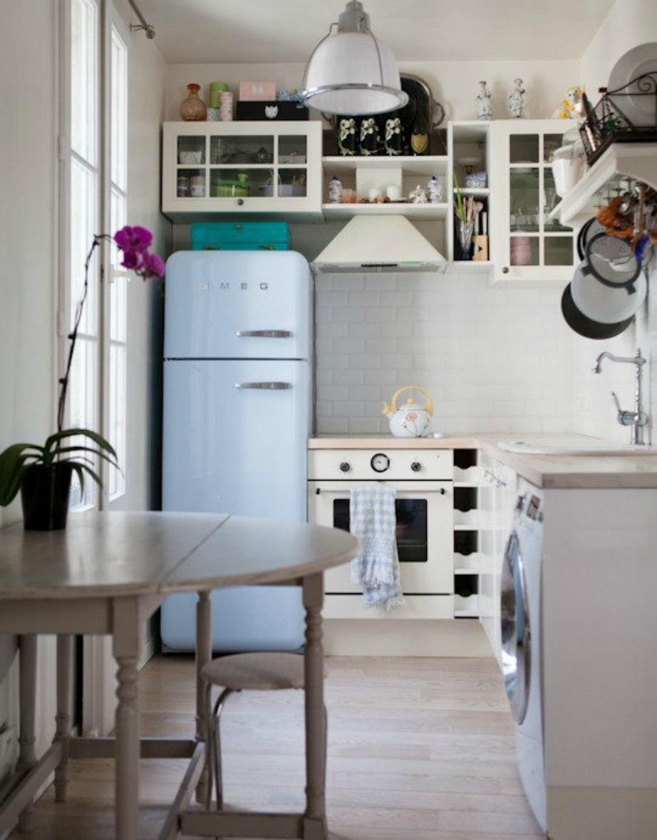 Ο έξτρα πάγκος που προστέθηκε σε αυτόν τον πάγκο της κουζίνας, μπαίνει και βγαίνει όποτε θέλετε για εξοικονόμηση χώρου.