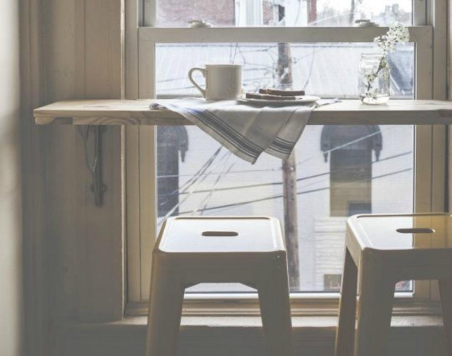 Προσθέστε έναν πάγκο μπροστά από το παράθυρο της κουζίνας. Έτσι θα μπορείτε να τρώτε το πρωινό σας χαζεύοντας έξω από το παράθυρο. Α απέναντι από το σπίτι σας υπάρχει άλλη πολυκατοικία τότε ίσως χρειαστεί να προσθέσετε κουρτίνες.