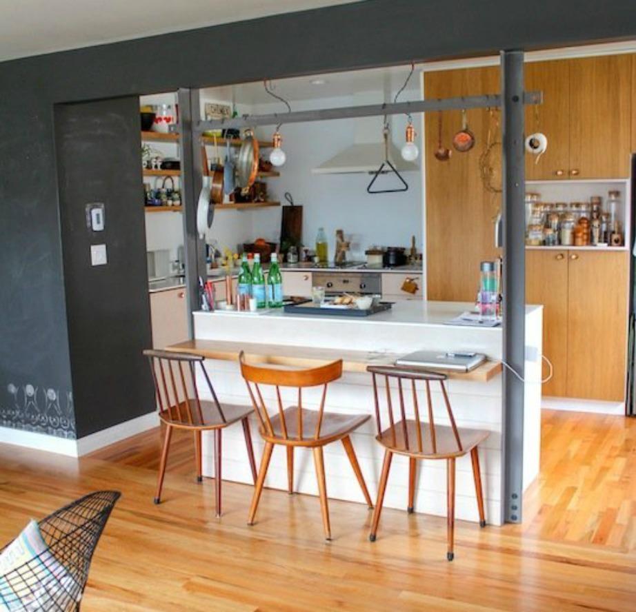 Προσθέστε έναν μικρό έξτρα πάγκο δίπλα στον πάγκο της κουζίνας για να έχετε περισσότερη άνεση όταν τρώτε.
