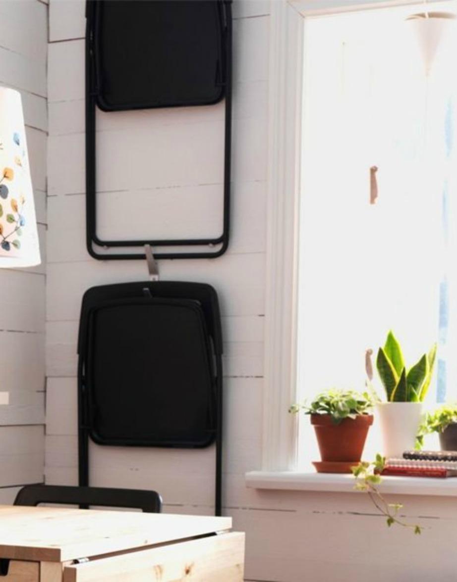 Αν δε θέλετε να έχετε ανοιχτές όλες τις καρέκλες στην κουζίνα γιατί πιάνουν χώρο, τότε κρεμάστε τις στον τοίχο.
