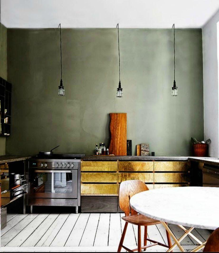 Πόσο υπέροχη δείχνει αυτή η χακή απόχρωση στους τοίχους της συγκεκριμένης κουζίνας!