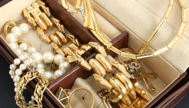 DIY Καθαριστικό που θα Λάμψει Ακόμα και τα πιο Παλιά Κοσμήματα