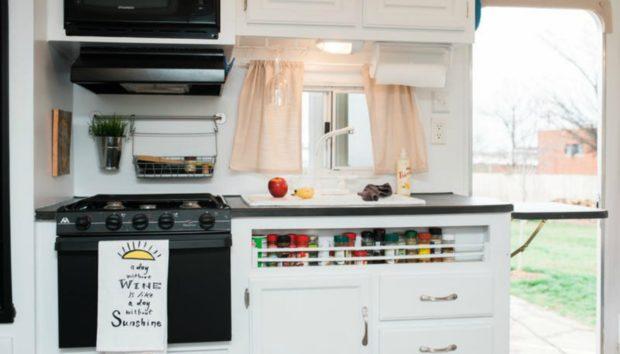 3 Έξυπνες Ιδέες Αποθήκευσης που Κλέψαμε από την Κουζίνα ενός Τροχόσπιτου