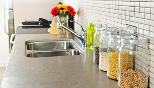 5 Δημιουργικοί Τρόποι για να Αναβιώσετε τους Άσχημους Πάγκους της Κουζίνας σας
