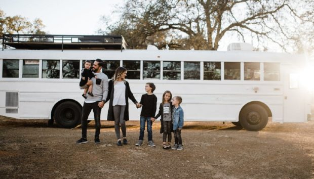 Τα 7 Μέλη Αυτής της Οικογένειας Ζούν σε Ένα Εκπληκτικό Σχολικό Λεωφορείο 24τ.μ.!