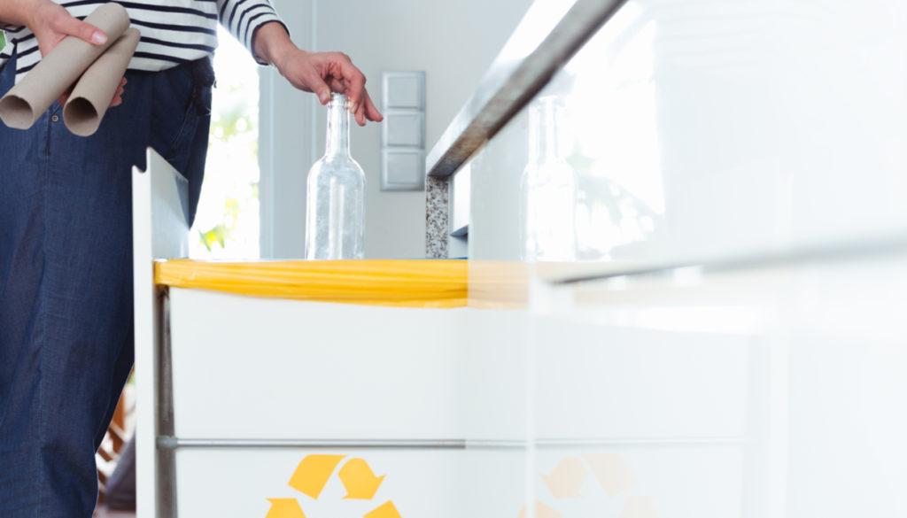 4b911acbd293 Κάδος Σκουπιδιών στο Ντουλάπι της Κουζίνας  5 Λόγοι για να μην το Κάνετε!