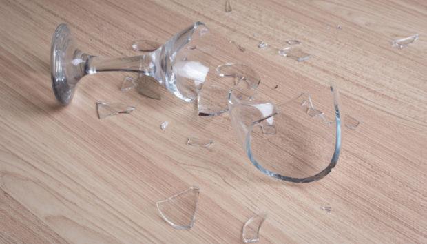 Με Αυτόν τον Τρόπο θα Μαζέψετε τα Σπασμένα Γυαλιά από το Πάτωμα στο Πι και Φι!