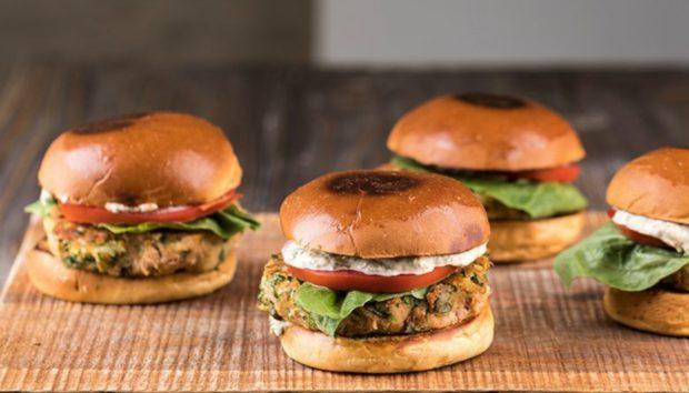 Σήμερα σας Δείχνουμε πώς να Φτιάξετε το Υπέροχο Burger του Άκη Πετρετζίκη!