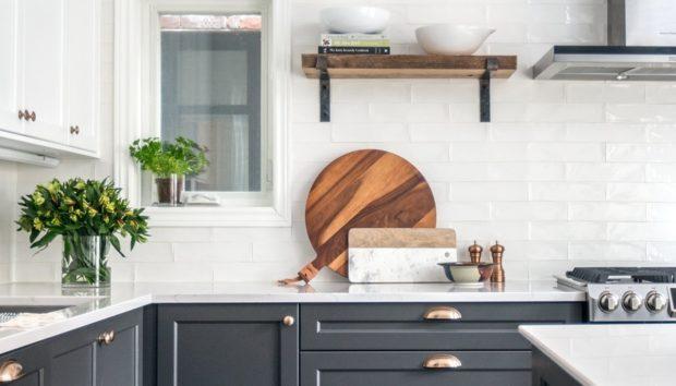 Δίχρωμα Ντουλάπια Κουζίνας: Να Γιατί Δεν θα Σταματήσουμε να τα Βλέπουμε Παντού
