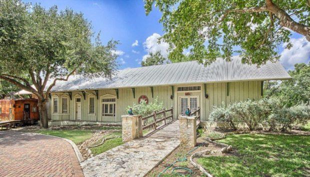 Ένα Παλιό Αμαξοστάσιο Μεταμορφώνεται σε μία Μαγευτική Οικογενειακή Κατοικία