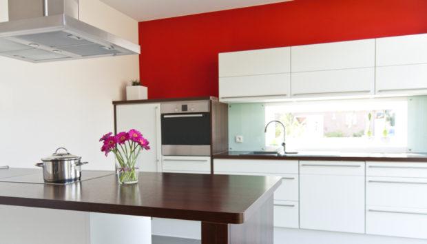 Διακοσμήστε τον Χώρο Πάνω από τα Ντουλάπια της Κουζίνας με Αυτούς τους 5 Τρόπους