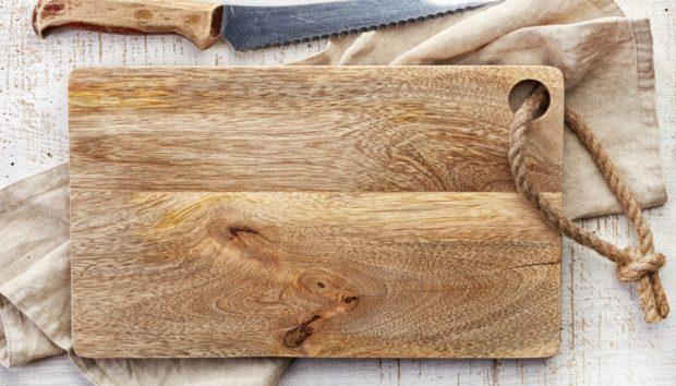 Ένας Πανέξυπνος Τρόπος για να Χρησιμοποιήσετε μια Επιφάνεια Κοπής Εκτός Κουζίνας