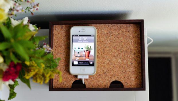 10 Τρόποι για να Δημιουργήσετε μια Γωνιά Φόρτισης για το Κινητό σας