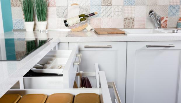 Να Γιατί να Προτιμήσετε Συρτάρια και όχι Ντουλάπια για την Κουζίνα σας