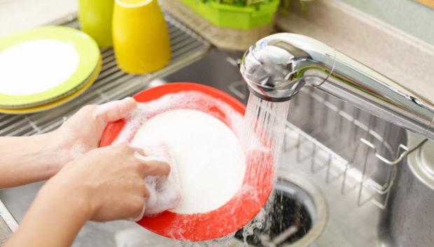 3 Έξυπνοι Τρόποι για να μην Πλένετε Πολλά Πιάτα το Καλοκαίρι