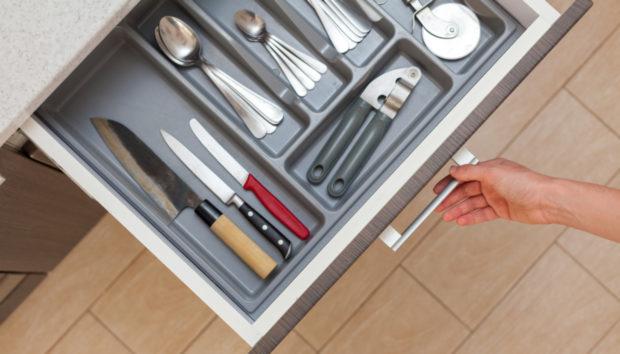5 Πράγματα που Δεν Ανήκουν στο «Ακατάστατο» Συρτάρι της Κουζίνας σας