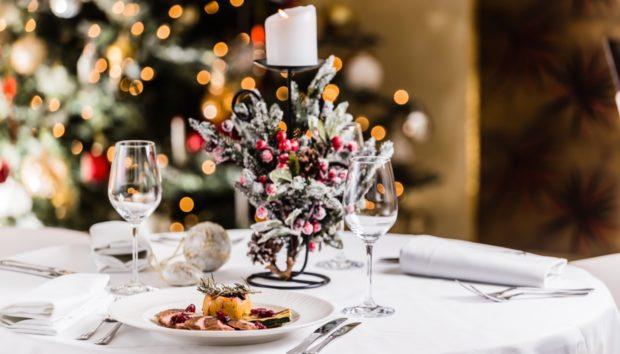 Οργανώστε το πιο Πετυχημένο Χριστουγεννιάτικο Τραπέζι: Μοναδικά Tips Διακόσμησης και Απoμάκρυνσης Λεκέδων