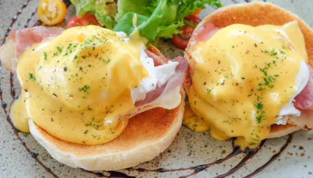 Αυγά Benedict σε 30 λεπτά από τον Άκη Πετρετζίκη